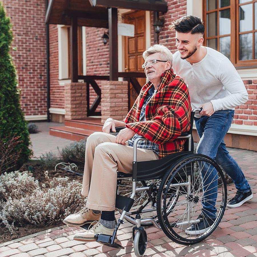 Anziano in carrozzella