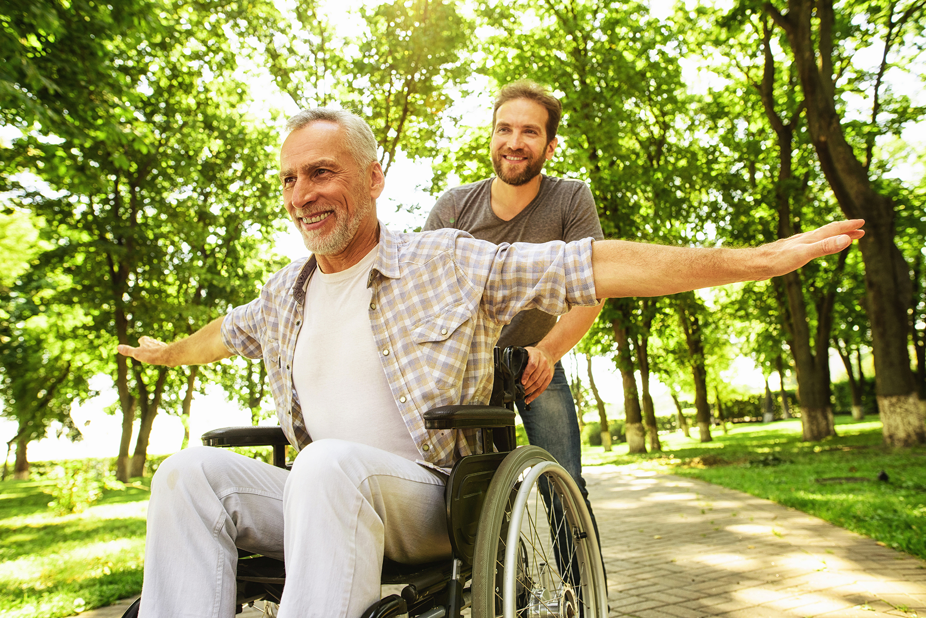 Anziano in carrozzella nel parco